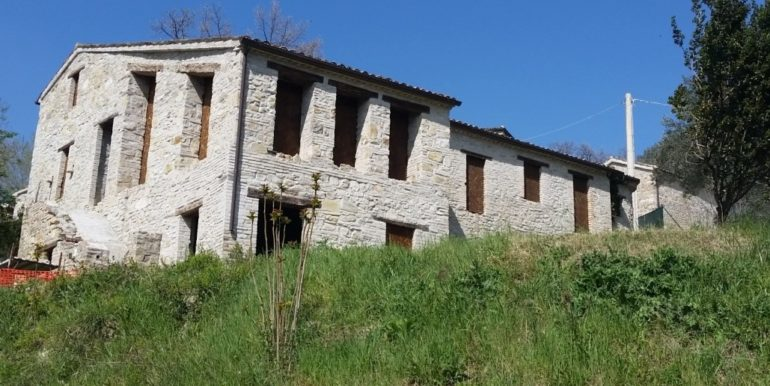Borgo in vendita nell'entroterra maceratese concetta relli luxury real estate 0-2